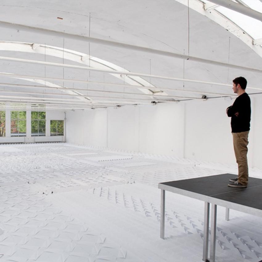 Una alfombra hecha con 20.000 hojas de buen papel