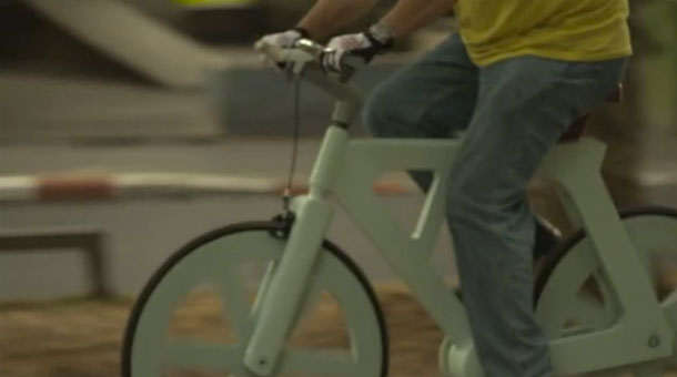 Sí, es una bicicleta y es de cartón