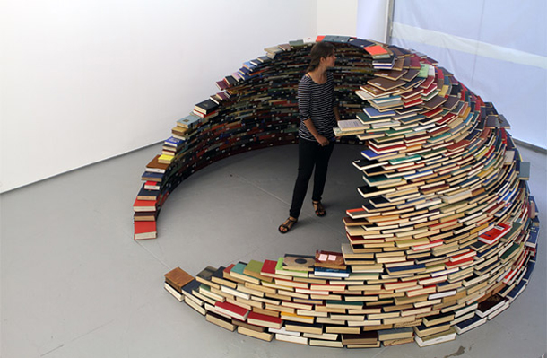 Increíble instalación en forma de estantería-iglú realizada con libros