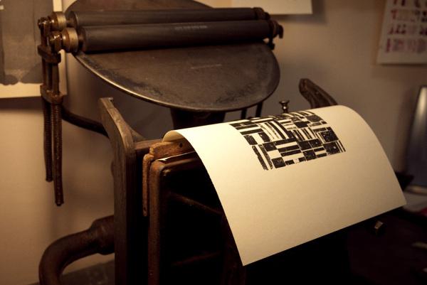 La obra de H.N. Werkman sobre Old Mill Bianco de Fedrigoni